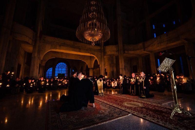 Preasfințitul Benedict Bistrițeanul, prezent în mijlocul mănășturenilor, în a treia zi din Postul Mare