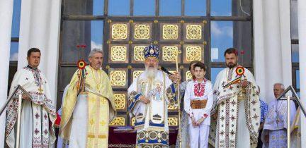 """Mitropolitul Andrei, în mijlocul credincioșilor Parohiei """"Sfinții Apostoli Petru și Pavel"""" din cartierul clujean Mănăștur"""