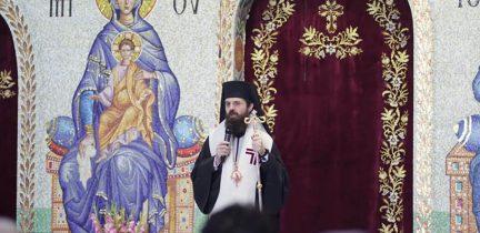 Preasfințitul Benedict Bistrițeanul a sãvârșit slujba Paraclisului Maicii Domnului
